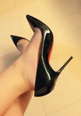 mistress wu wearing elegant black high heel shoes
